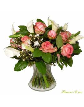 Roze rozen met wite callas
