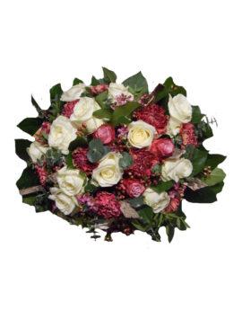 Rouwbloemstuk witte rozen met fijne roodpaarse bloemen