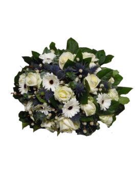 Rouwwerk met witte rozen en witte gerbera's
