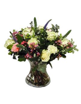 Lente bloemen met witte rozen en een variatie van roze lentebloemen,.