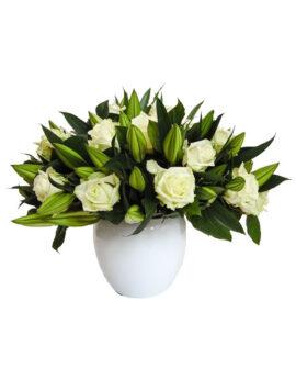witte rozen met lelies