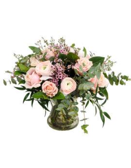 Wild Sweety heet dit boeket met een variatie aan roze rozen en andere roze voorjaarsbloeiers afgewerkt met eucalyptus.