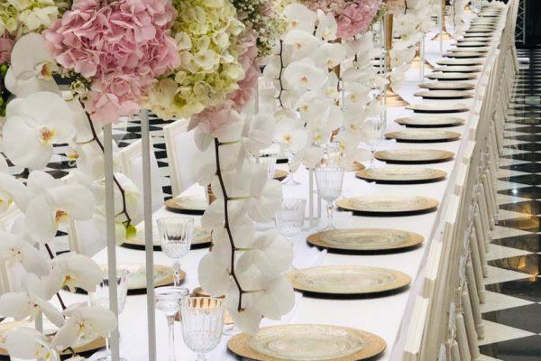 Grote bloemstukken van 80 cm doormeter met hortensia, rozen en orchideeën geleverd voor het event van Friends of the Brands.