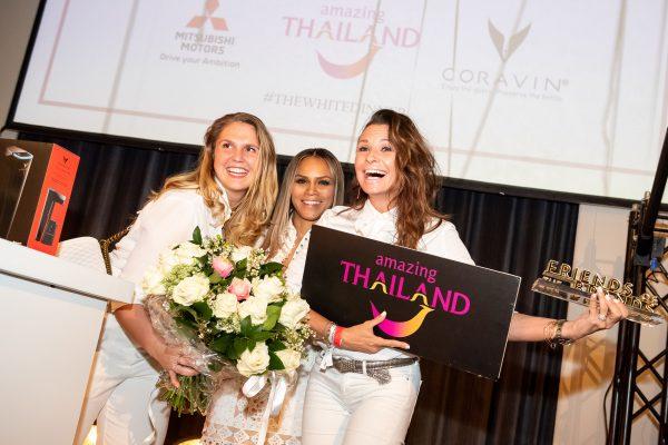 De winnares van de avond, Leontine Borsato krijgt een boeket met rozen aangeboden