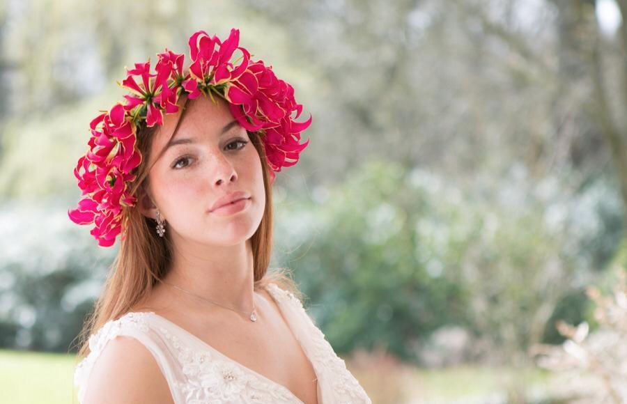 Bruidje met een Gloriosa bloemenkroon!