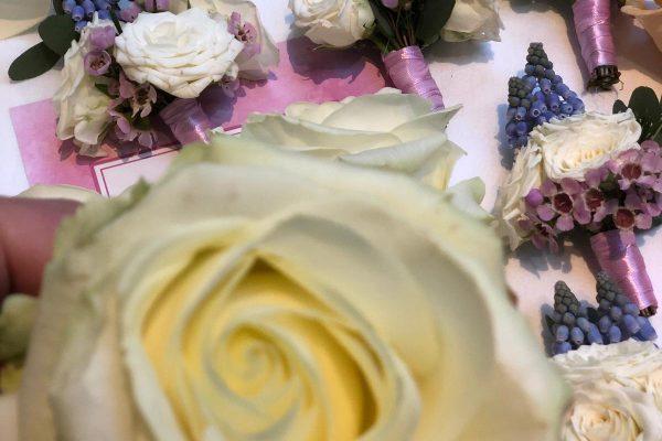 Corsage met lente bloemeb FlowersRme