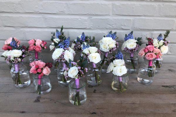 Corsages blauwe druif en rozen FlowersRme