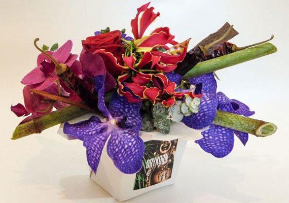 Gloriosa met lelies en bamboe verwerkt in een tafelstukje