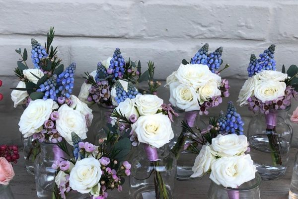 Lente corsages blauwe druif FlowersRme