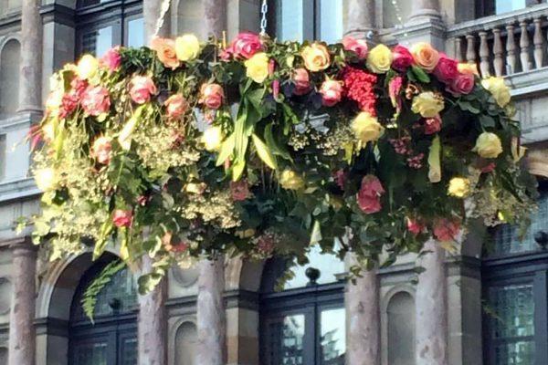 Grote bloemenring van rozen en greenery in de nok van de tent op de Grote Markt in Antwerpen.