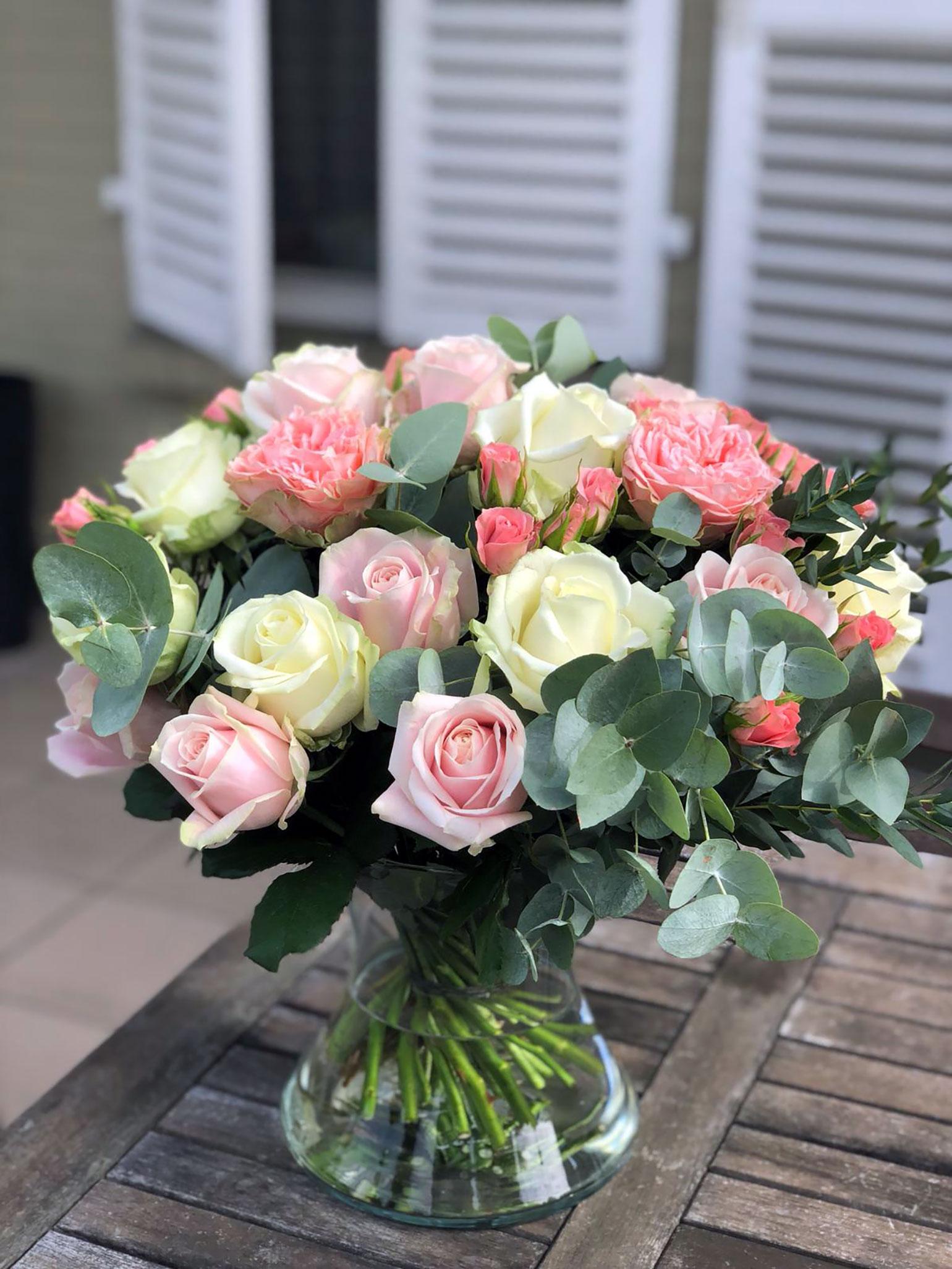 Verschillende kleuren rozen gebonden in een groot romantisch boeket.